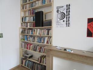 Bibliothèque assemblée et déjà bien remplie